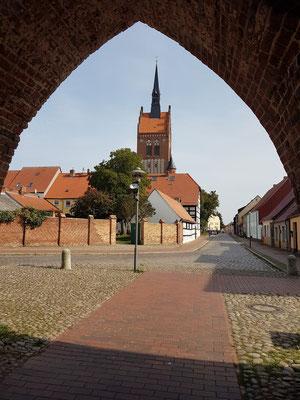 Blick durch das Anklamer Tor zu Kirche St. Marien