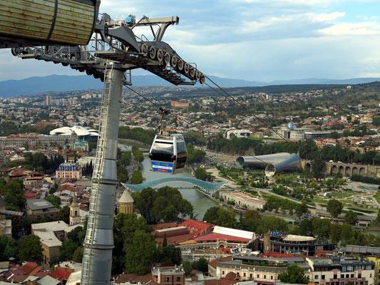 Blick vom Burgberg Nariqala (Bergstation der Seilbahn)
