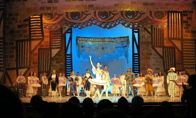 Applaus nach der Aufführung des Don Quijote: v.l.n.r. Félix Rodríguez (Lorenzo), Ely Regina (Mercedes), Rafael Quenedit (Torero), Claudia García (Kitri), Raúl Abreu (Basilio), Adrián Sánchez (Don Quijote), Dairon Darias (Sancho Pansa), E. Díaz (Camacho)