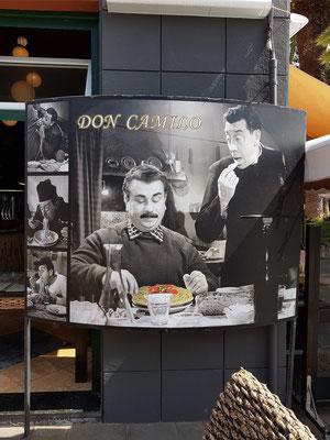 Fotographien von Fernandel (Don Camillo) und Gino Cervi (Peppone) vor dem Restaurant Don Camilo