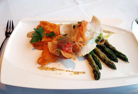 Pochiertes Heilbuttfilet mit Tomatensalsa auf grünem Spargel  und Erdnuss-Süßkartoffelpüree
