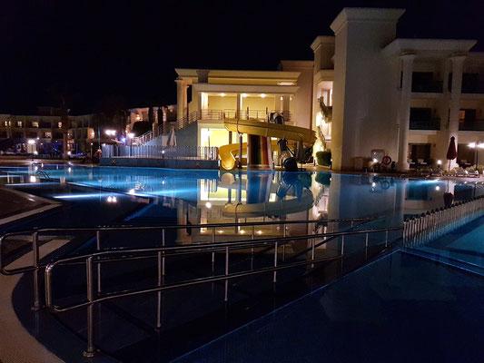 Pool-Anlage des Hilton Resorts bei Nacht