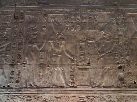 6 Tempelgründungszeremonie - Weihen des neuen Tempels. Der König betet vor Horus und Hathor