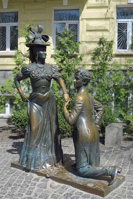 Bronzeskulptur für Pronya Prokopivna Sirkova and Svirid Petrovich in der Desyatina Street nahe der Andreaskirche