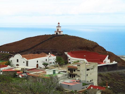 Parroquia de Nuestra Señora de Candelaria mit dem Glockenturm auf dem Aschenkegel, rechts das offene Stadion für den kanarischen Ringkampf (Lucha Canario)
