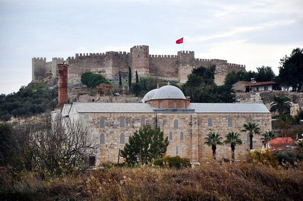 Isabey-Moschee, im Hintergrund die Zitadelle von Selçuk
