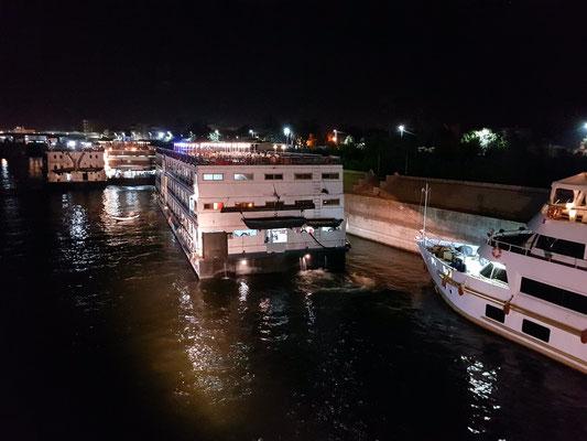 Die nilaufwärts fahrenden Kreuzfahrtschiffe machen bei Esna am Kai fest und warten auf die Einfahrt in die Schleuse.