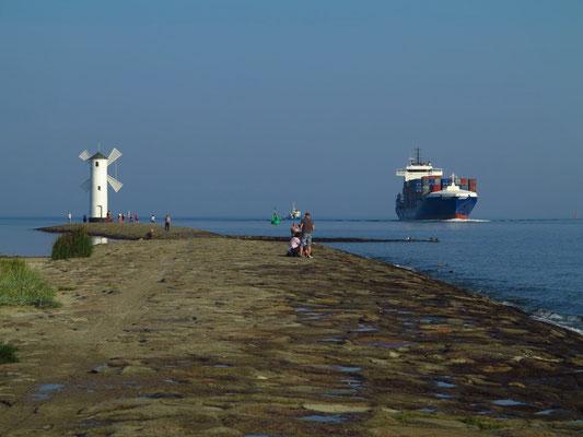 An der Mündung der Świna in die Ostsee. Einlaufen des Container-Schiffs EXPERT