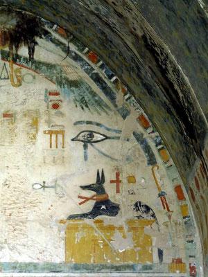 Anubis-Kapelle, Anubis als Canide auf einem Schrein