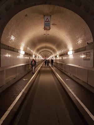 Der 1911 eröffnete St. Pauli-Elbtunnel mit der 426,5 m langen Tunnelröhre unter der Norderelbe