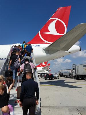Auf dem Flughafen Istanbul Atatürk - Umsteigen in die Maschine nach Tbilisi