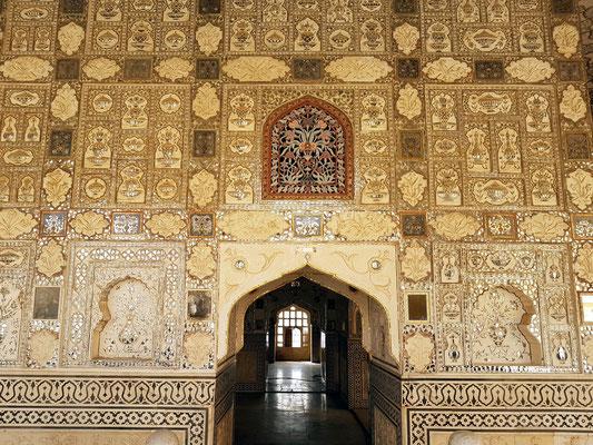 Dekoration an der Wand von Diwan-i Khas mit kleinen Spiegeln