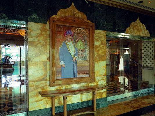 Gemälde von Sultan Qabus ibn Sa'id Al Sa'id am Eingang zum Hotel Grand Hyatt