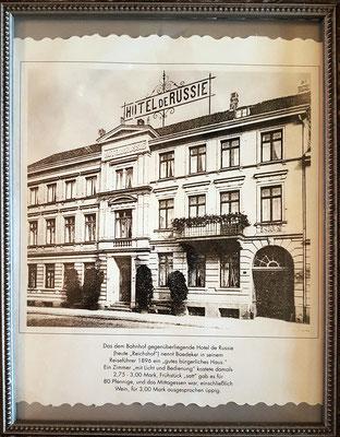 """Hotel de Russie im 19. Jahrhundert. Hier ist heute im Jahr 2020 das Gästehaus """"Zum weißen Haus"""" im Erdgeschoss und im 1. Stock untergebracht."""