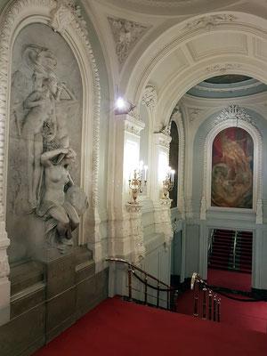 Treppenhaus des Opernhauses mit prachtvollen Skulpturenschmuck