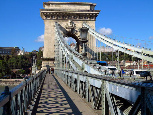 Einer der beiden Pfeiler der Hängebrücke