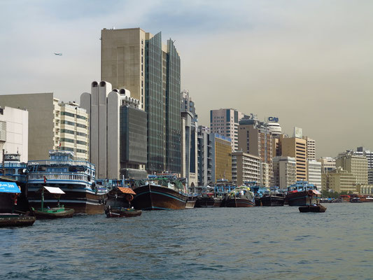 Dhaus vor der modernen Hochhausarchitektur des Deira-Ufers
