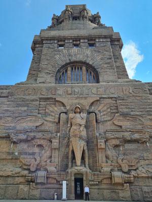 Erzengel Michael am Eingang zum Denkmal