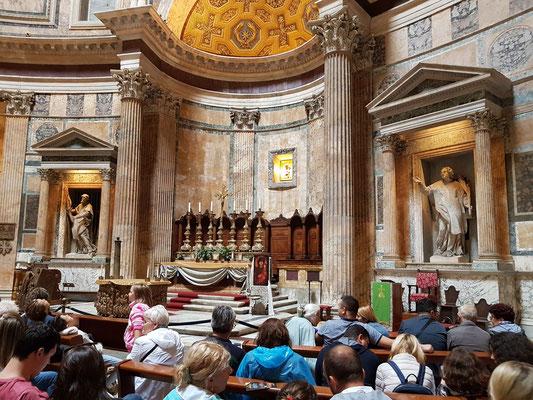Innenraum des Pantheons mit Altar und Apsis