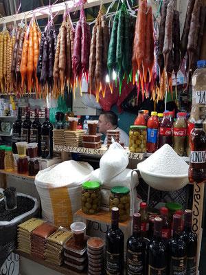 Bauernmarkt. Eine georgische Spezialität ist Tschurtschchela, das als Dessert gegessen wird. Dabei handelt es sich um Walnüsse oder Haselnüsse, die in der klassischen Form mit einer Traubensaft-Kuvertüre überzogen sind.