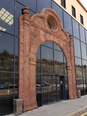 Flughafen La Gomera. Der Haupteingang ist eine Nachbildung des Portals der Asunción-Kirche, die in der Inselhauptstadt San Sebastián steht.