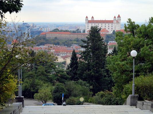 Haupttreppenaufgang im Süden, Blick zur Burg Bratislava