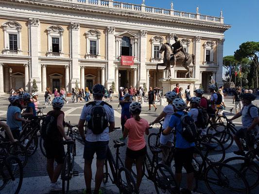 Mit dem Fahrrad durch Rom: Kapitol. Blick auf den Palazzo Nuovo (Teil des Kapitolinischen Museums).