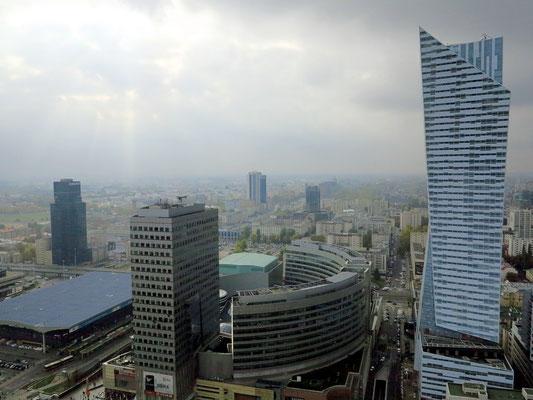 Blick von der Aussichtsplattform des Kulturpalastes nach SW: rechts der Wolkenkratzer Zlota 44, 192 m (Architekt: Daniel Libeskind), daneben das Einkaufszentrum Złote Tarasy mit Skylight-Büroturm und der Zentralbahnhof