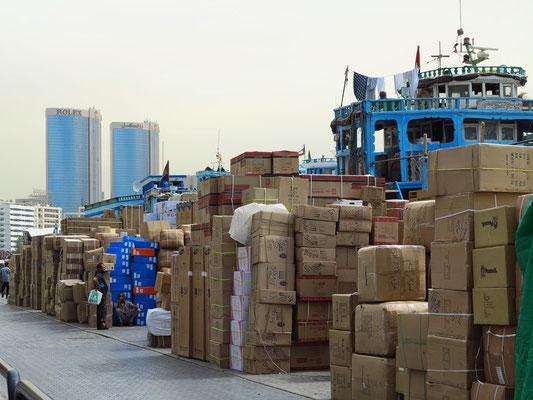 Hier werden Waren auf die alten Holzboote (Dhaus) verladen mit Ziel Iran, Pakistan und Westindien.