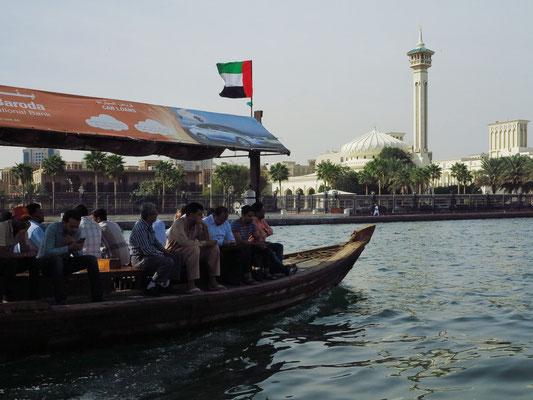 Mit dem Holzboot-Taxi (abra) nach Al Bastakiya