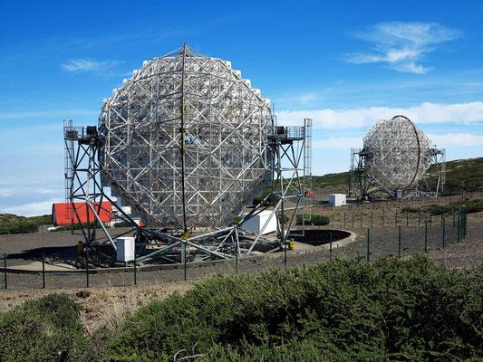 Die Rückseiten der beiden der beiden MAGIC-Teleskope