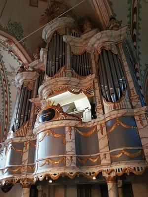 Spätbarockes Orgelgehäuse von 1792 mit neuer Orgel von 1870, grundlegender Umbau im Jahr 1973 mit neuem Pfeifenwerk