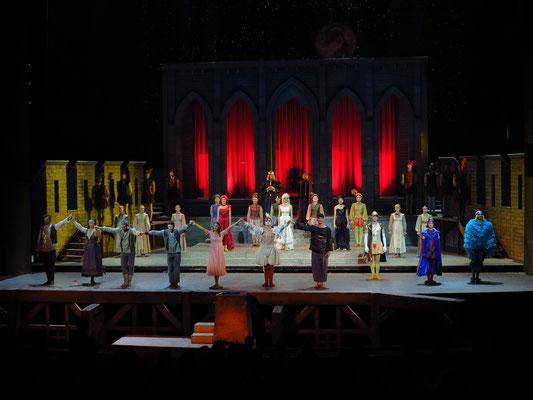 Applaus (1. Bruder, Mutter, Vater, 2. Bruder, Prinzessin, Ganser, Popolvár, Prinzen Edelstein, Primavera, Pfauenauge, v.l.n.r.)