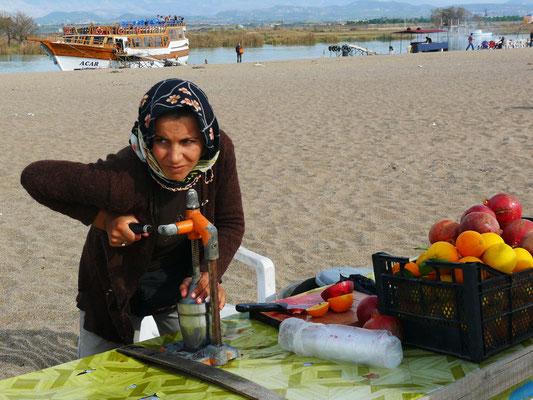 Zubereitung von Granatapfel- und Orangensaft am Kleopatra Beach
