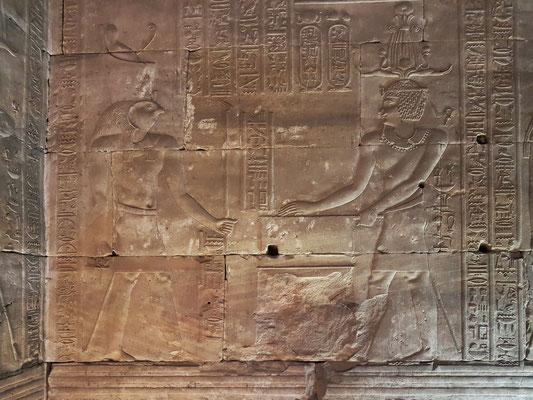 Tempelgründungszeremonie - Der König legt den ersten Stein für das Fundament des Tempels.