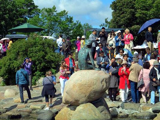 Blick vom Wasser auf die berühmte Bronzeskulptur der kleinen Meerjungfrau  (Den Lille Havfrue) von Edvard Eriksen aus H. C. Andersens gleichnamigem Märchen