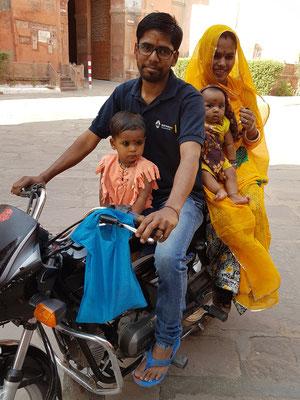 Motorrad als typisches Verkehrsmittel einer jungen Familie.