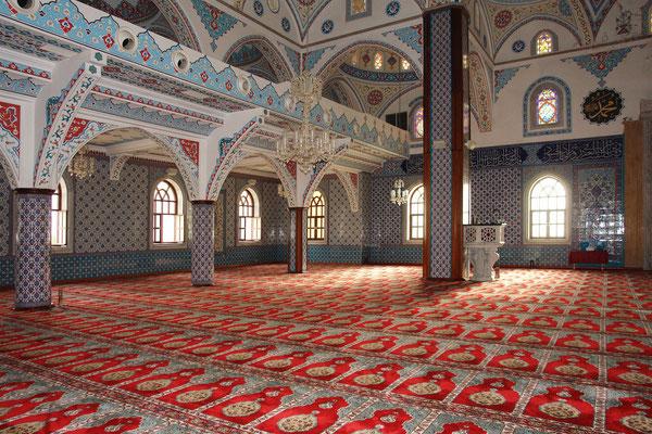 Säulenhalle der Külliye Moschee und Teppichboden mit typischen zur Kaaba in Mekka ausgerichteten Mustern
