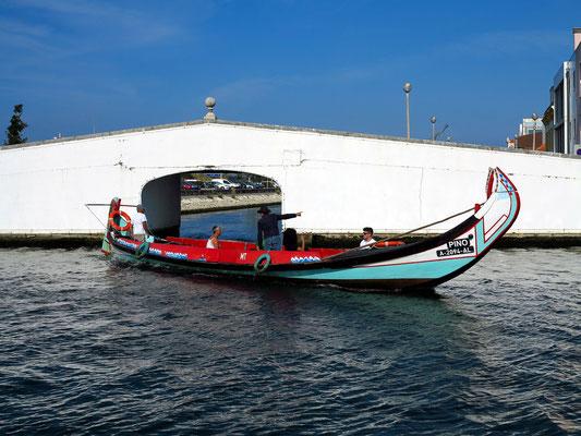 Kanalsystem (R. do Dr. Bernardino Machado). Die typischen Boote, früher für den Transport von Tang genutzt, dienen heute als Transportmittel für Touristen.
