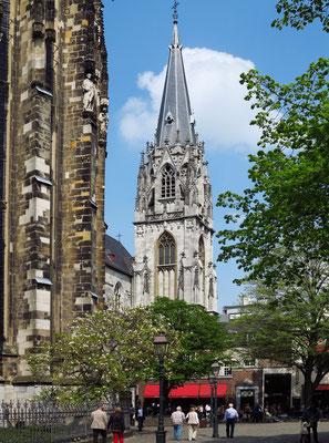 Münsterplatz, Blick zur Stadtpfarrkirche St. Foillan (1482)