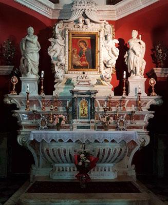 Altar aus Carara-Marmor in der Kirche Gospa od Škrpjela