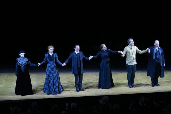 Applaus nach der Aufführung der Hedda Gabler: Barbara de Koy, Hanna Scheibe, Norman Hacker, Birgit Minichmayr, Sebastian Blomberg, Oliver Nägele (v.l.n.r.)
