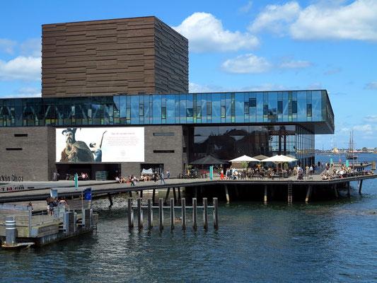 Neues Schauspielhaus von 2008. Im Großen Saal finden 650 Zuschauer Platz, in den kleineren Sälen 250 bzw. 100 Zuschauer