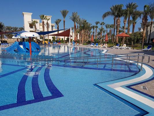 Pool-Anlage des Hilton Resorts