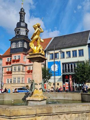 Eisenach, Marktplatz mit Georgsbrunnen, dahinter das Rathaus