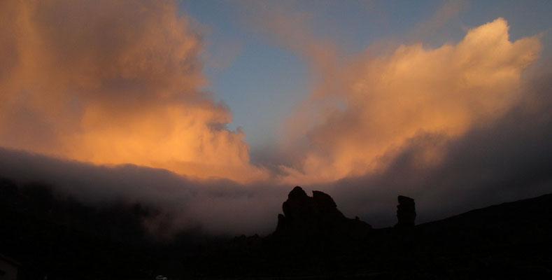 Las Cañadas. Los Roques bei Sonnenaufgang. Blick vom Parador nach W