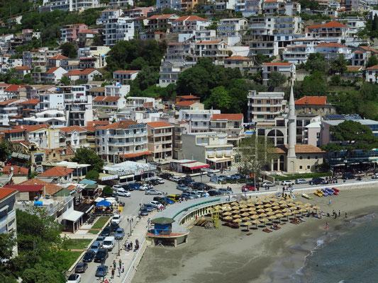Blick von der Altstadt Ulcinj  auf die Bucht Gjiri I Ranes mit dem kleinen Stadtstrand Mala plaza Beach