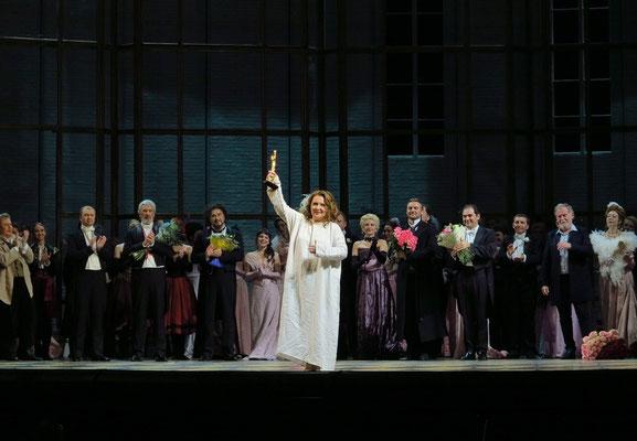 Applaus mit Auszeichnung für die Sängerin Albina Shagimuratova (Darstellerin der Violetta Valéry)