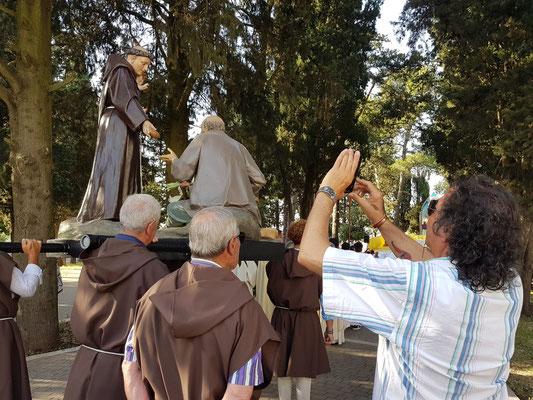 Franziskaner tragen in der Regel einen braunen Habit mit weißem Strick