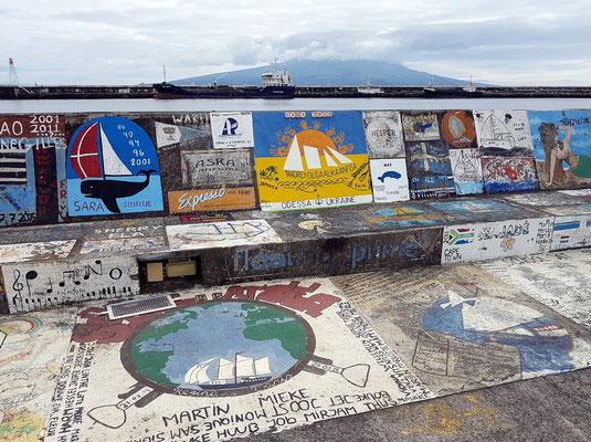 Hafenmole von Horta - die Gemälde stammen von Seglern, die den Atlantik überqueren und sich hier verewigen